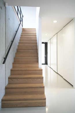 Projekty,  Korytarz, przedpokój zaprojektowane przez THOMAS BEYER ARCHITEKTEN