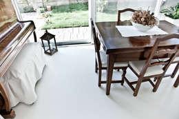 Paredes y pisos de estilo moderno por Resin Floor srl