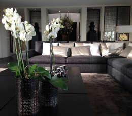 woonkamer in warme tinten: moderne Woonkamer door choc studio interieur