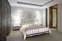 La camera da letto moderna e i letti in ferro battuto
