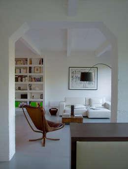 Loft 19 - Aménagement d'un plateau à PARIS XIX: Salon de style de style Industriel par Agence d'architecture Odile Veillon / ARCHI-V.O