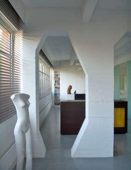 Loft 19 - Aménagement d'un plateau à PARIS XIX: Chambre de style de style Industriel par Agence d'architecture Odile Veillon   ARCHI-V.O