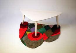 양탄자 그림자. 테이블: ATELIER JUNNNE의  거실