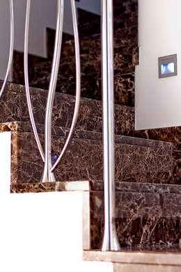 Projekty,  Korytarz, przedpokój zaprojektowane przez GHIRARDI stone contractors