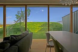 風景の見切りとしてのドテ: WAA ARCHITECTS 一級建築士事務所が手掛けた窓です。