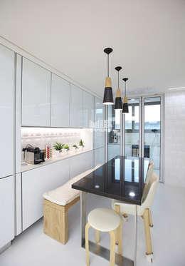 경기도 과천시 원문동 삼성래미안 슈르아파트 50평형: MID 먹줄의  주방