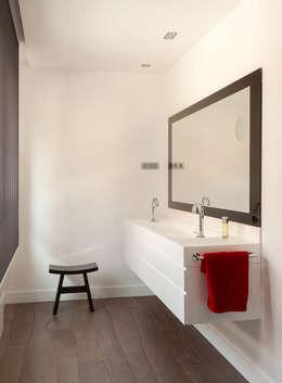 Baños de estilo moderno por ESTER SANCHEZ LASTRA