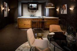 Mirror TV verwerkt in afzuigkap: landelijke Keuken door B&G Audio Video Solutions BV