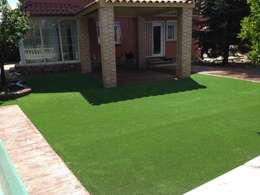 Jardín con césped sintético: Jardines de estilo moderno de Allgrass Solutions