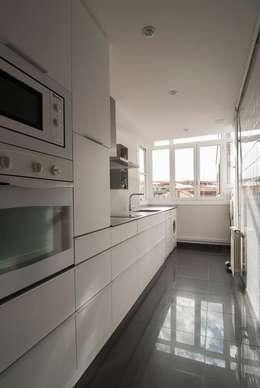 modern Kitchen by Trestrastos