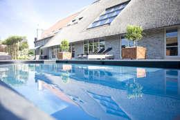 Zwembad bij monumentale boerderij: rustiek & brocante Zwembad door Stam Hoveniers
