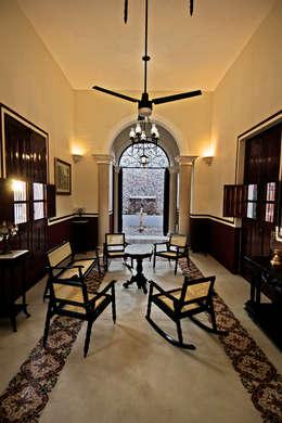 Sala: Salas de estilo colonial por Arturo Campos Arquitectos