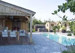 Wellness tuin met overkapping, spa, sauna en zwembad: moderne Tuin door Stam Hoveniers