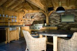 Overkapping met buitenkeuken: rustieke & brocante Tuin door Stam Hoveniers