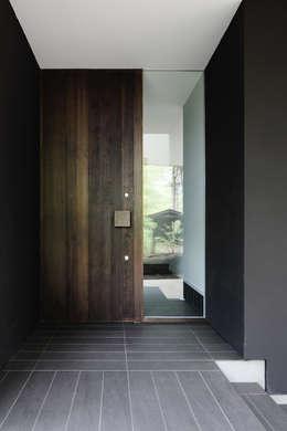 玄関~軽井沢Cさんの家: atelier137 ARCHITECTURAL DESIGN OFFICEが手掛けた廊下 & 玄関です。