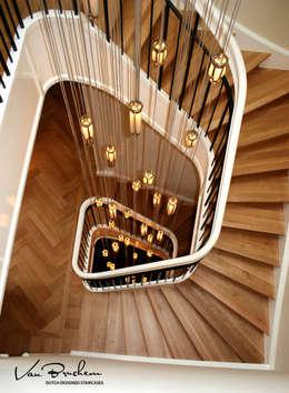 Hout & Staal: landelijke Gang, hal & trappenhuis door Van Bruchem Staircases & Interiors