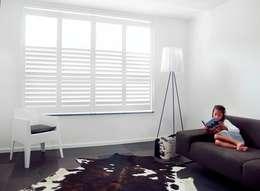 Moderne shutters: moderne Woonkamer door Inhuisplaza b.v.