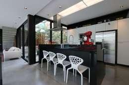 ZAAV-Casa-Interiores-1342: Cozinhas minimalistas por ZAAV Arquitetura