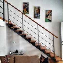 5 dakika Deneyim Tasarımı / Experience Design – Yum Evi Merdivenler: modern tarz Oturma Odası