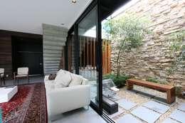 Jardines de invierno de estilo minimalista por ZAAV Arquitetura