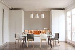 Salle-à-manger + assise et rangements sur mesure: Salle à manger de style de style Scandinave par Yeme + Saunier