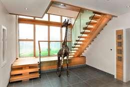 Vestíbulos, pasillos y escaleras de estilo  por Smet UK - Staircases