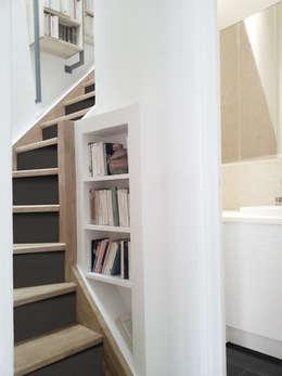 Détail escalier: Couloir et hall d'entrée de style  par Yeme + Saunier