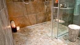 Salle de bain: Salle de bains de style  par Cabinet Dario