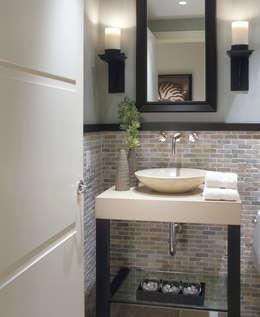 pierre et marbre: Salle de bains de style  par Bombardier et Cie