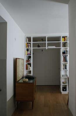 Come organizzare il soggiorno con una grande libreria a parete