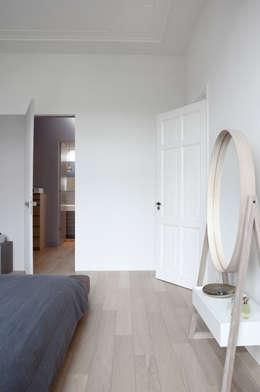 Herenhuis in Den Haag: moderne Slaapkamer door Remy Meijers Interieurarchitectuur