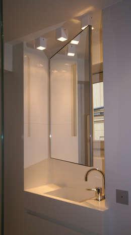Miroir mobile: Salle de bains de style  par Atelier TO-AU