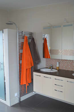 Baños de estilo moderno por Sandrine Carré