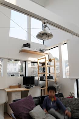2階子世帯のリビングルーム: 株式会社小島真知建築設計事務所 / Masatomo Kojima Architectsが手掛けたリビングです。