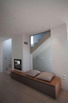 Pasillos y vestíbulos de estilo  por marco.sbalchiero/interior.design