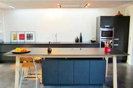 Snake House - Court-Saint-Etienne, Belgium: Cuisine de style de style Moderne par jdArchitecture