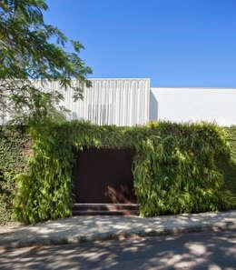 Residência Brise: Casas modernas por Gisele Taranto Arquitetura