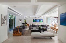 Livings de estilo moderno por Gisele Taranto Arquitetura