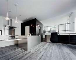 balena: 筒井紀博空間工房/KIHAKU tsutsui TOPOS studioが手掛けたキッチンです。