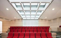 ITC Annex - lecture hall: moderne Mediakamer door Mirck Architecture