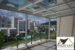 Enda Yapı – teras kış bahçesi uygulaması: modern tarz Balkon, Veranda & Teras