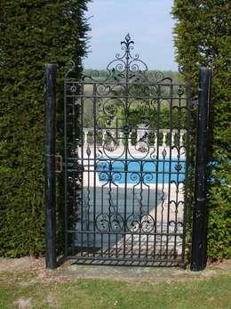 Jardines de estilo clásico por F E PHILCOX LTD