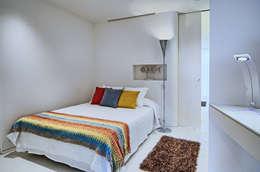 Weiße Wand Mit Farbigen Details. Mediterrane Schlafzimmer Von Vondom