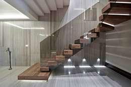 LANTANA PARKE – American Walnut Merdiven: modern tarz Koridor, Hol & Merdivenler