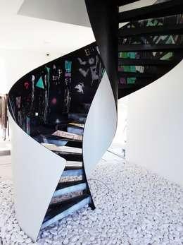 Vestíbulos, pasillos y escaleras de estilo  por Konu Merdiven