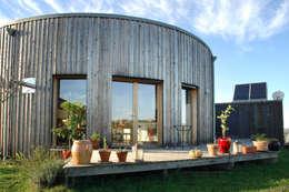 terrasse bois pour yourte en bois: Maisons de style de style Moderne par Virginie Farges