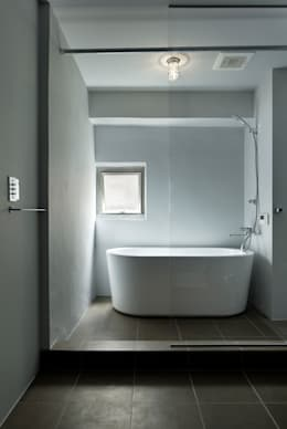minimalistic Bathroom by 蘆田暢人建築設計事務所 ​Ashida Architect & Associates