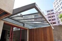 Verrière et meubles extérieurs: Terrasse de style  par LA TRAVERSE architecture
