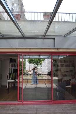 S'ouvrir à la Nature , à la Lumière et à l'espace: Terrasse de style  par LA TRAVERSE architecture