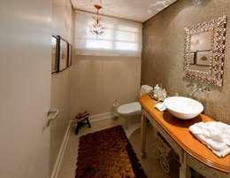 Projeto arquitetônico de interiores para residencia unifamiliar. (Fotos: Lio Simas): Banheiros ecléticos por ArchDesign STUDIO